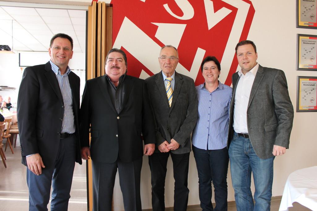 Der geschäftsführende Vorstand Susann Schmidt, Michael Mattern (l.) und Dr. Volker Proffen (r.) mit den Ehrenvorsitzenden Claus Markel (2.v.l.) und Manfred Müller (Mitte)